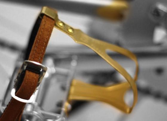 Pedale MKS, gabbietta dorata, cinghietto scamosciato
